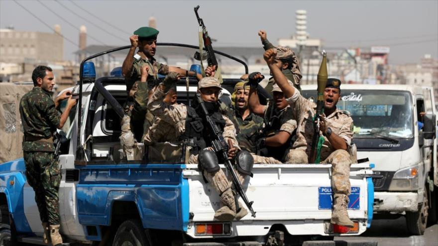 Fuerzas yemeníes en la parte trasera de una camioneta de patrulla en Saná, la capital, 19 de febrero de 2020. (Foto: Reuters)