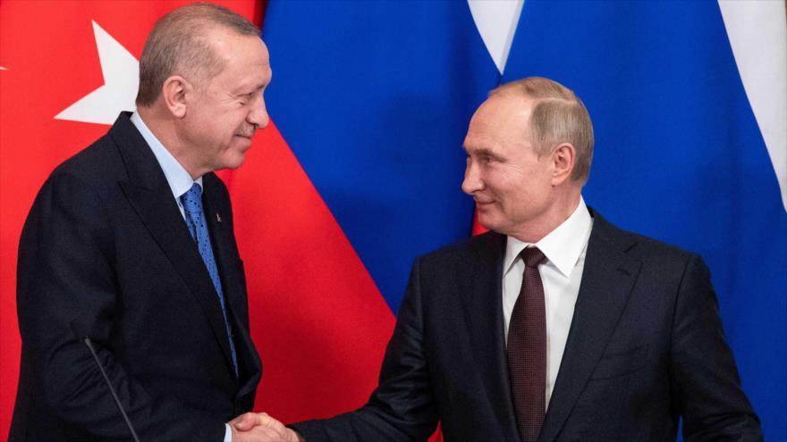 El presidente ruso, Vladimir Putin, y su homólogo turco, Recep Tayyip Erdogan, saludan en una rueda de prensa en Moscú, 5 de marzo de 2020. (Foto: AP)