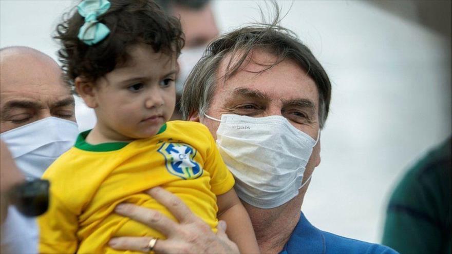 El presidente brasileño, Jair Bolsonaro, visita un hospital en Sao Paulo, la capital económica y cultural de Brasil. (Foto: EPA)
