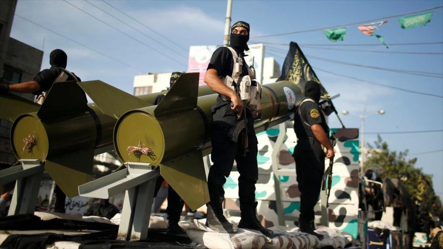 Combatientes de la Yihad Islámicade Palestina exhiben sus misiles durante un desfile militar en Gaza.
