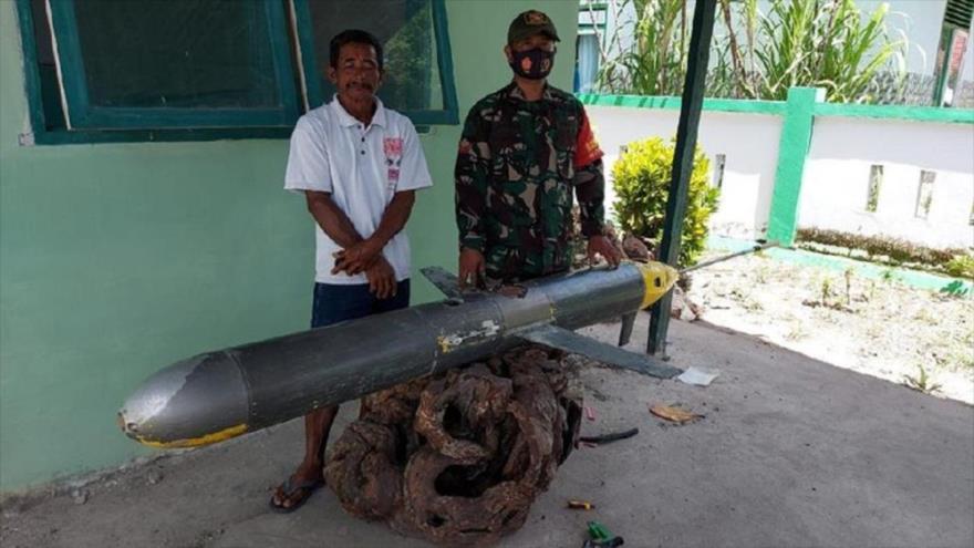 El pescador indonesio entrega el descubierto dron submarino chino a policía, 27 de diciembre de 2020.