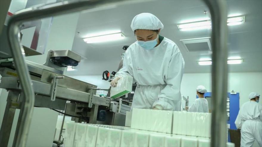Un miembro del personal trabaja en una planta de envasado de productos de vacunas contra COVID-19 en Pekín, capital china, (FOTO: Xinhua)