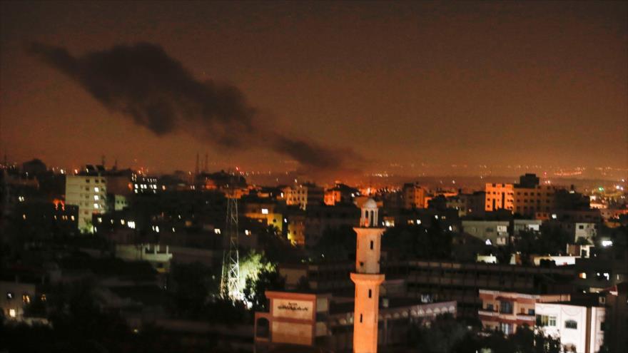 Columna de humo se eleva tras un ataque aéreo israelí en Gaza, 26 de diciembre de 2020. (Foto: AFP)