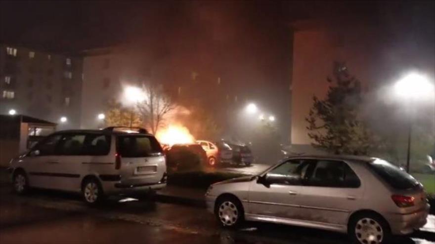 Vídeo: Violencia de fin de año en Francia deja 60 coches en llamas