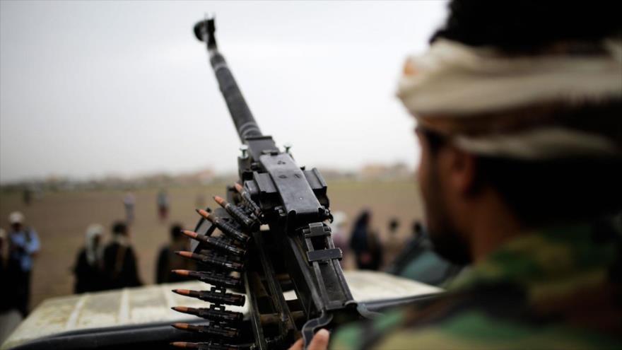 Un soldado yemení sostiene un arma en Saná, capital de Yemen, el 1 de agosto de 2019. (Foto: AP)