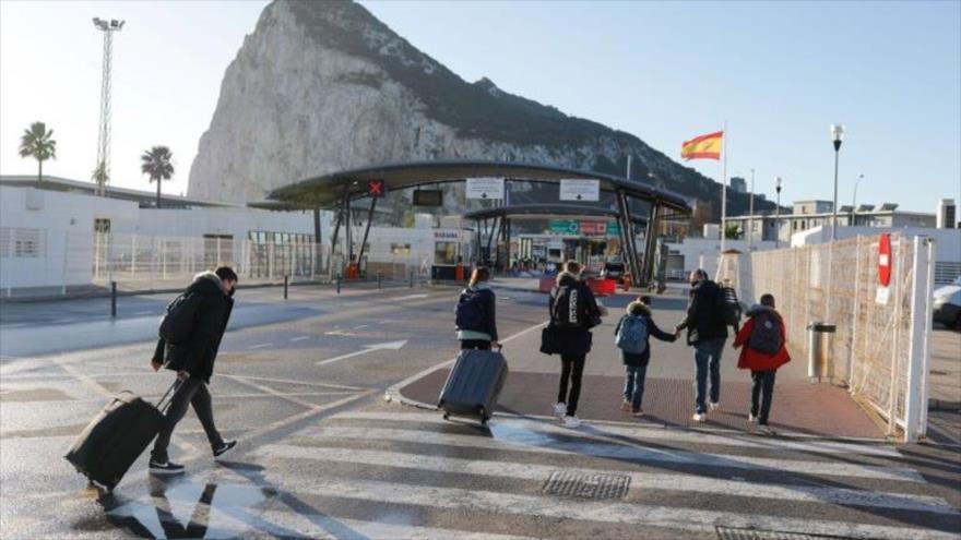 Varias personas cruzan la frontera entre España y el Campo de Gibraltar, desde la Línea de la Concepción, urbe situada en el sur del país europeo. (Foto: Reuters)