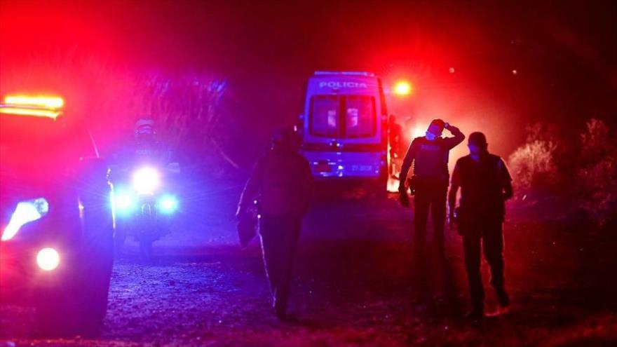 Autoridades llegan a la escena de una masacre en Colombia.