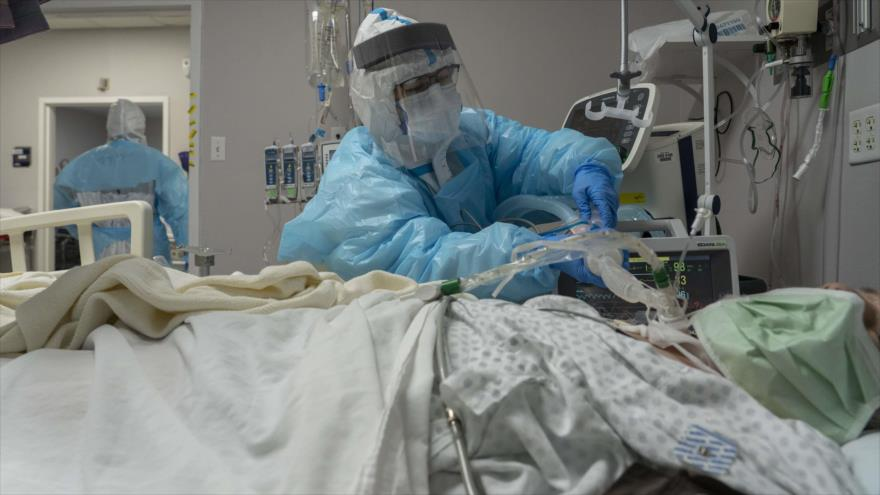 Personal médico atiende a un paciente de la COVID-19 en un hospital de Houston, en EE.UU., 29 de diciembre de 2020. (Foto: AFP)