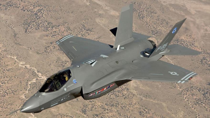 Un caza furtivo F-35, modelo Lightning-II, del Ejército de EE.UU., en pleno vuelo.