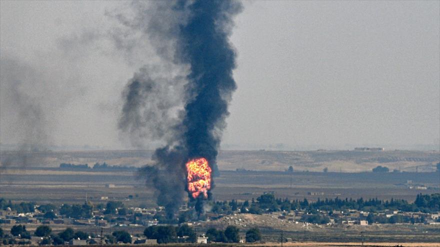 Explosión habida en la ciudad fronteriza siria de Ras al-Ain, ocupada por tropas de Turquía, 17 de octubre de 2019. (Foto: AFP)