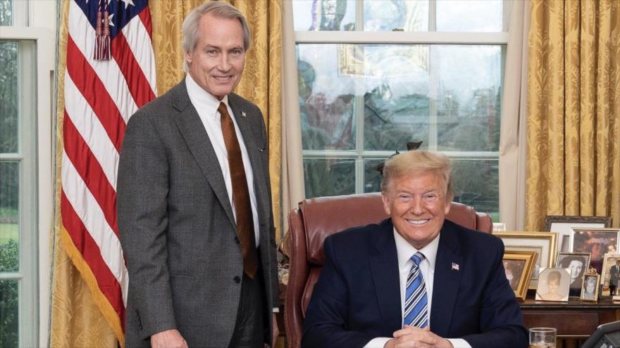 El abogado republicano Lin Wood de pie junto al ya presidente saliente de EE.UU., Donald Trump, en el Despacho Oval de la Casa Blanca, 11 de marzo de 2020.