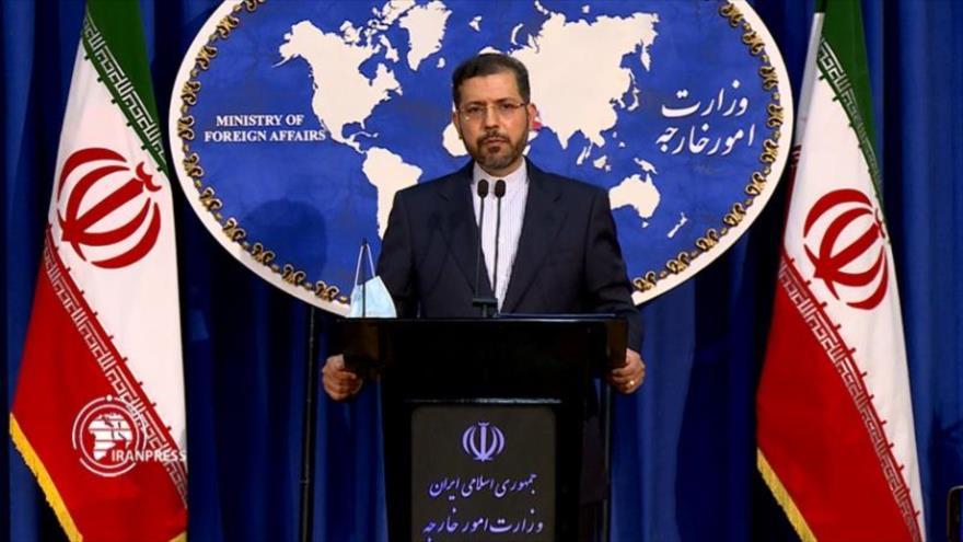 El portavoz de la Cancillería de Irán, Said Jatibzade, ofrece una rueda de prensa desde la sede del ente en Teherán, capital iraní.