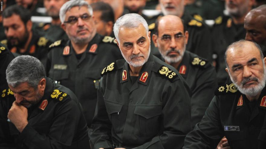 El teniente general Qasem Soleimani (centro), comandante de Fuerza Quds del CGRI de Irán, asesinado por EE.UU.