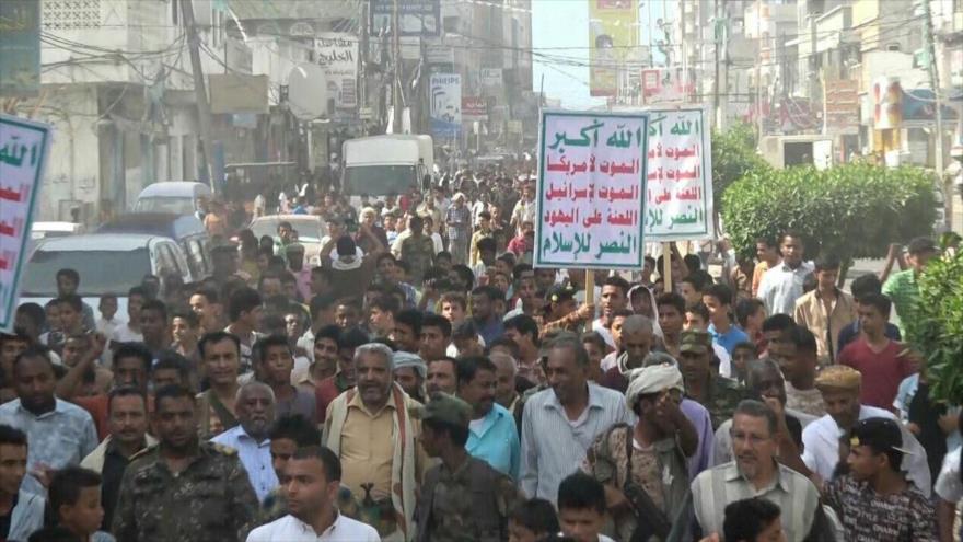 Marchan en la ciudad portuaria de Al-Hudayda, oeste de Yemen, contra el régimen de Israel y Arabia Saudí.
