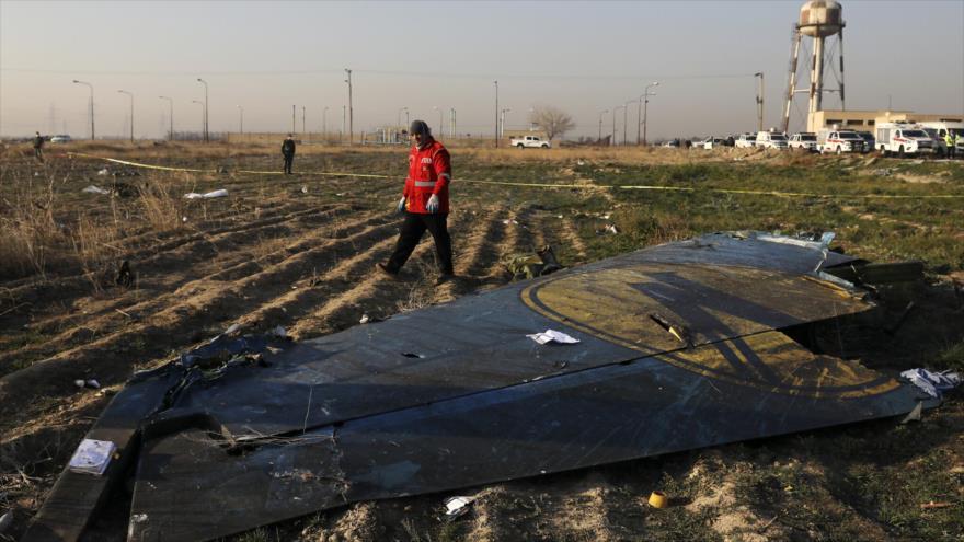 Un rescatista registra la escena donde se estrelló un avión ucraniano al suroeste de la capital iraní, Teherán, 8 de enero de 2020. (Foto: AP)
