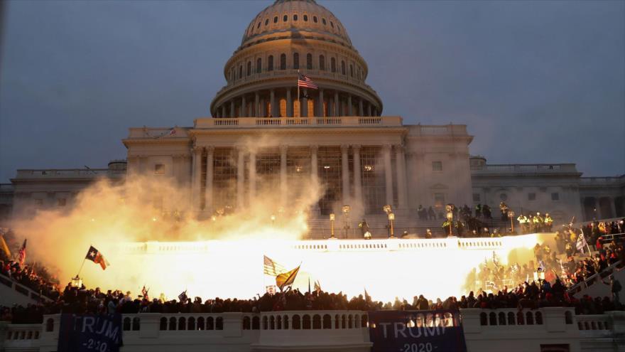 Una explosión causada por una munición policial durante los choques frente al Capitolio de EE.UU., Washington D.C., 6 de enero de 2021. (Foto: Reuters)