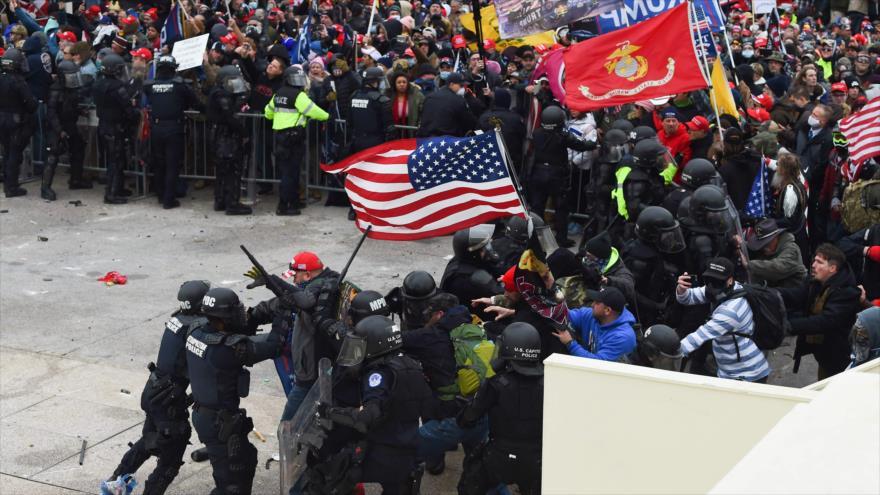 Partidarios de Trump chocan con la Policía y las fuerzas de seguridad cuando asaltan el Capitolio en Washington D.C., 6 de enero de 2021. (Foto: AFP)