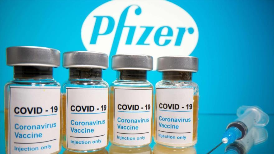 Frascos de la vacuna contra la COVID-19 se ven frente al logotipo de la empresa Pfizer, 31 de octubre de 2020. (Foto: Reuters)
