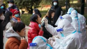 Confinan ciudades cercanas a Pekín por rebrote de COVID-19