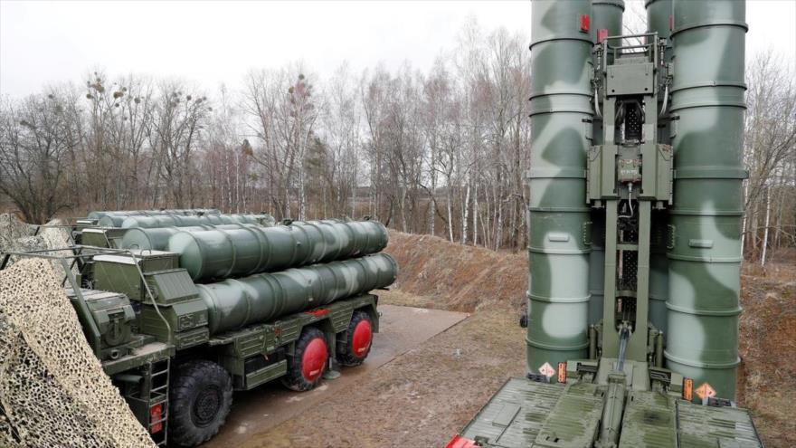 Sistemas de defensa aérea S-400, desplegados en una base militar cerca de Kaliningrado, Rusia, 11 de marzo de 2019. (Foto: Reuters)