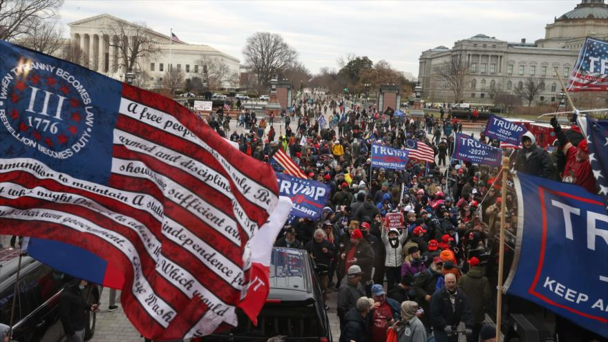 Seguidores del presidente de EE.UU., Donald Trump, se reúnen en el edificio del Capitolio de Washington, 6 de enero de 2021. (Foto: AFP)