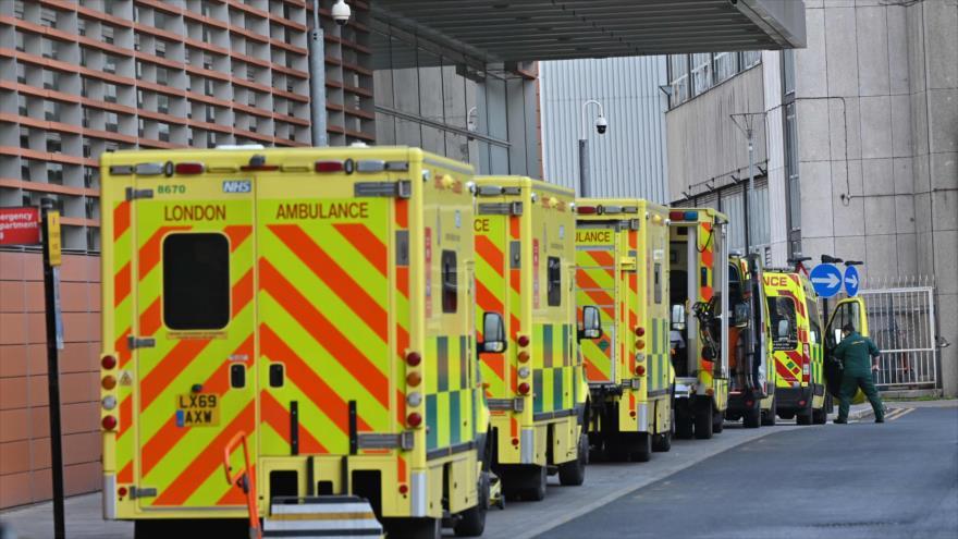 Una línea de ambulancias aparcadas frente al Royal London Hospital en el este de Londres, el Reino Unido, 3 de enero de 2021. (Foto: AFP)