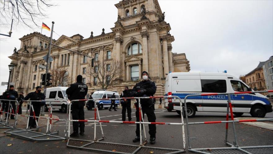 Oficiales de policía frente al edificio del Reichstag en Berlín, capital de Alemania.
