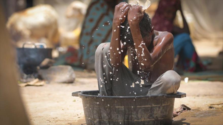Niño yemení bañándose en una palangana.