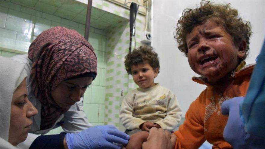 Dos niños sirios reciben tratamiento médico en un hospital en Alepo tras un atentado con coche bomba.