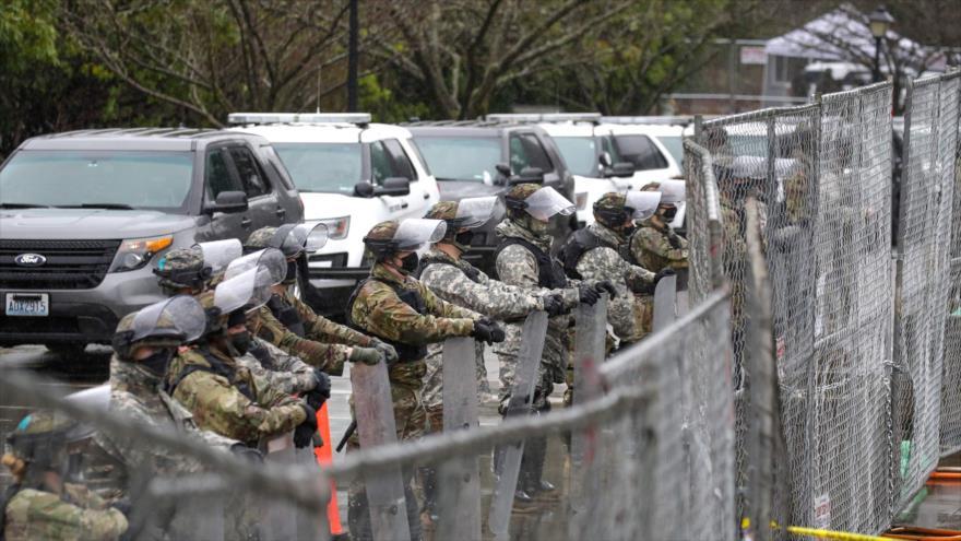 Miembros de la Guardia Nacional de Estados Unidos, desplegados en la capital, Washington D.C., 11 de enero de 2021. (Foto: AFP)