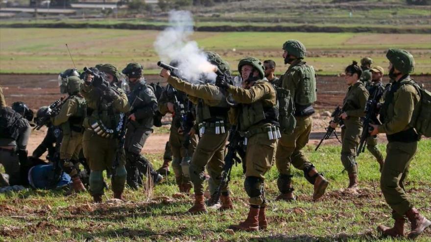Los palestinos se enfrentan a soldados israelíes en la Cisjordania ocupada, 31 de enero de 2020. (Foto: AFP)