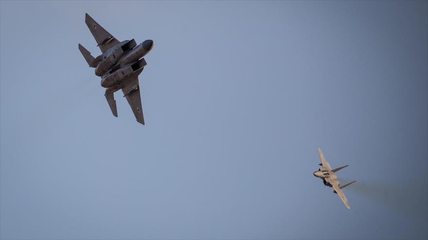 Dos cazas israelíes participando en un espectáculo aéreo en el desierto de Negev, en el sur de los territorios ocupados palestinos, 26 de diciembre de 2018.