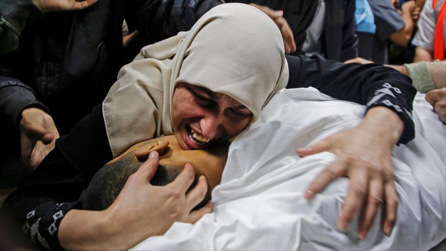 Una madre llora a su hijo palestino de 25 años asesinado en un ataque aéreo israelí en Beit Lahia, en el norte de la Franja de Gaza. (Foto: AFP)