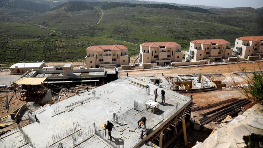 Obreros trabajan en el asentamiento israelí de Beitar Illit en la Cisjordania ocupada, 7 de abril de 2019. (Fuente: Reuters).