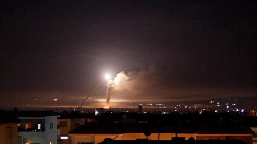 Columna de humo producido tras un ataque aéreo del régimen de Israel contra Siria, 12 de enero de 2021.