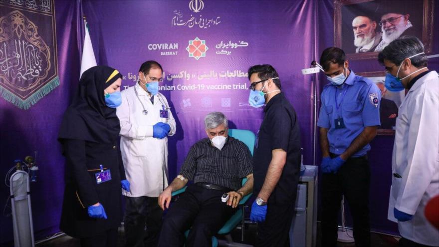 Un voluntario recibe la vacuna iraní contra el coronavirus en Teherán, 29 de diciembre de 2020.