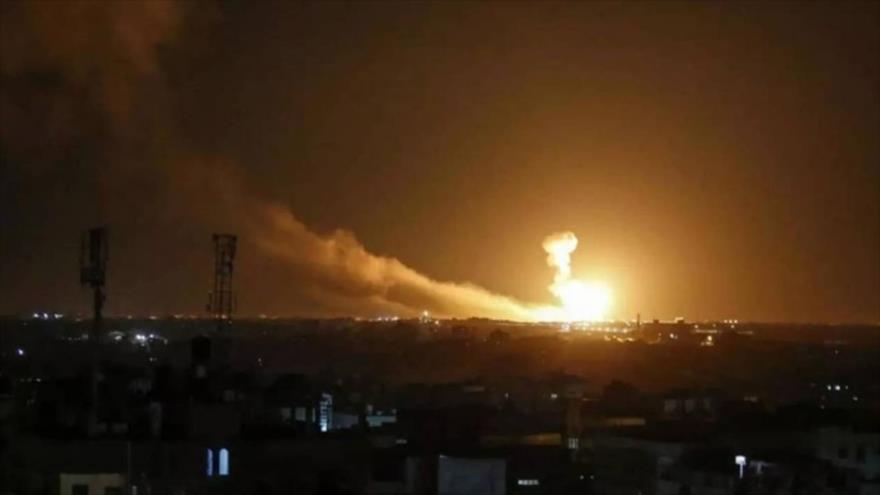 Columna de humo producido tras un ataque aéreo del régimen de Israel contra Siria.