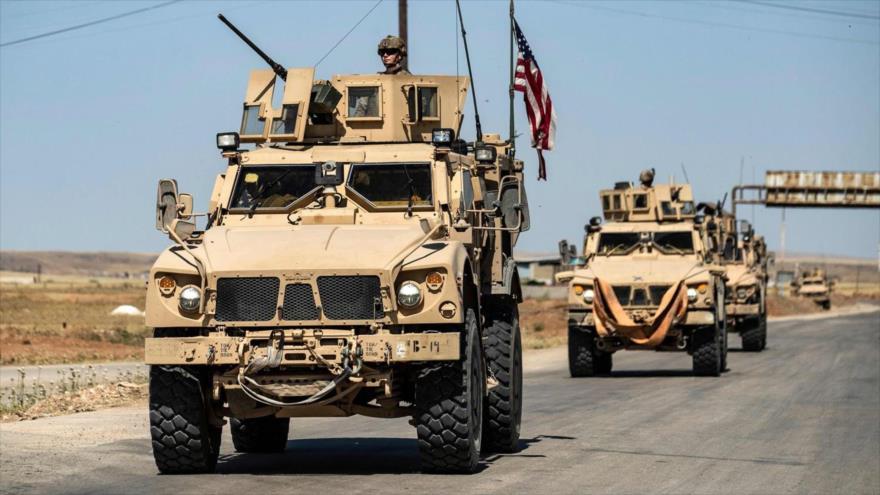 Vehículos militares estadounidenses patrullan una zona en la provincia siria de Al-Hasaka, 20 de mayo de 2020. (Foto: AFP)