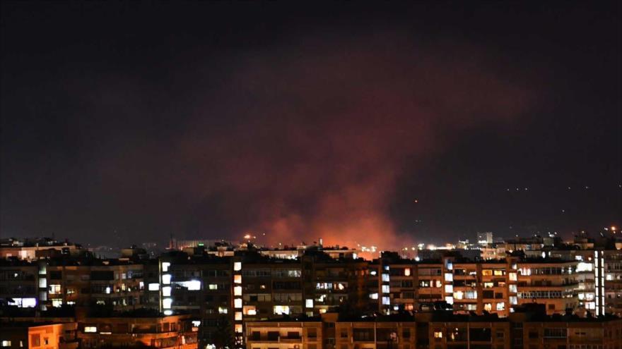 Columna de humo producido tras un ataque aéreo de Israel contra Siria.