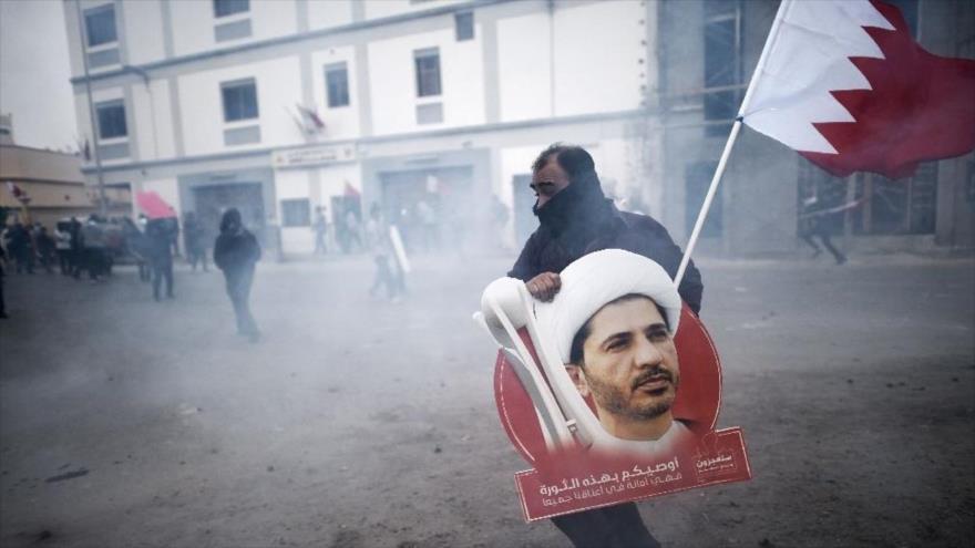 Un manifestante bareiní lleva una imagen del líder detenido de la oposición chií, el sheij Ali Salman, en Manama, 13 de febrero de 2015. (Foto: AFP)