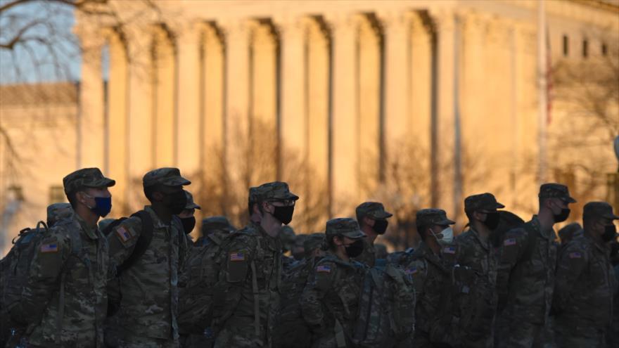 Los miembros de la Guardia Nacional de EE.UU. después de llegar al Capitolio en Washington D.C, 12 de enero de 202. (Foto: AFP)