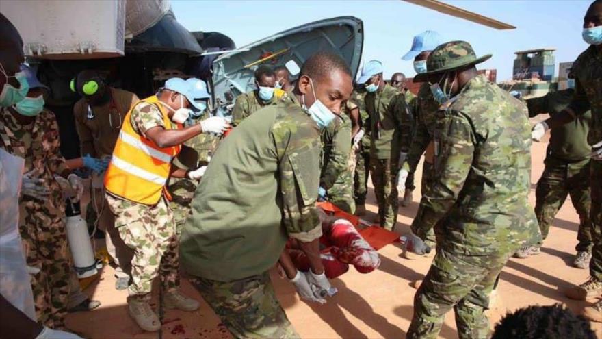 Los cascos azules transfieren a un herido durante un ataque terrorista en la región de Tombuctú, Malí, 13 de enero de 2021. (Foto: Twitter)