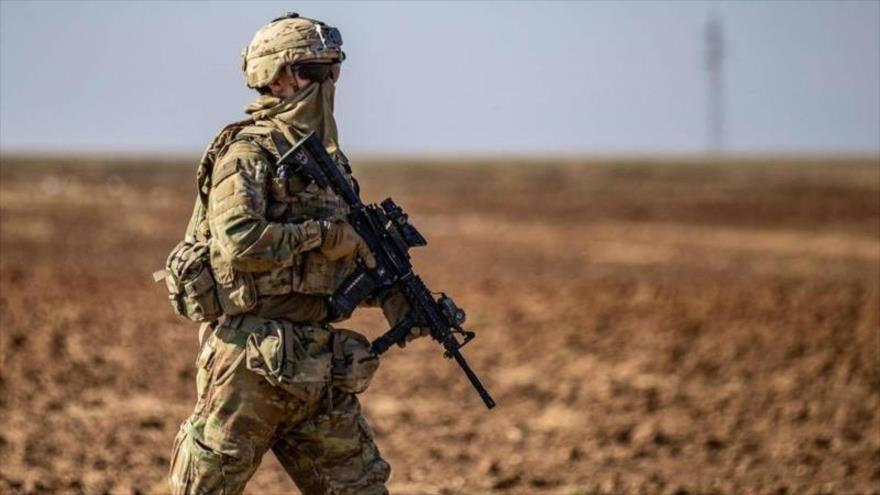 Un soldado de EE.UU. patrulla cerca de la aldea de Tal Alo, en la provincia de Al-Hasaka (Siria), 18 de noviembre de 2020. (Foto: AFP)
