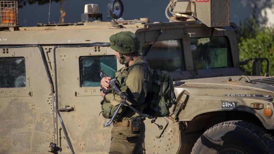 Un soldado israelí vigila la aldea de Avivim en la línea de separación entre los territorios palestinos ocupados y El Líbano, 2 de septiembre de 2019. (Foto: AP)
