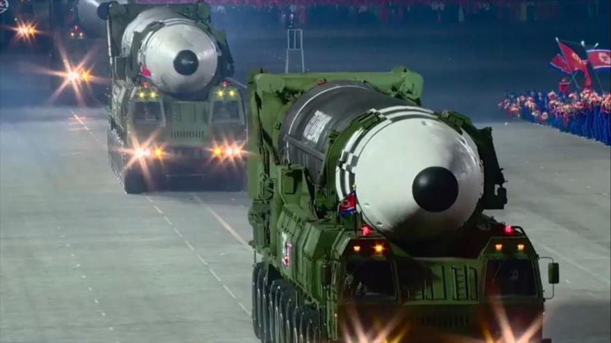 El Ejército de Corea del Norte exhibe sus más novedosos misiles balísticos durante un desfile militar en Pyongyang, la capital. (Foto: Archivo)