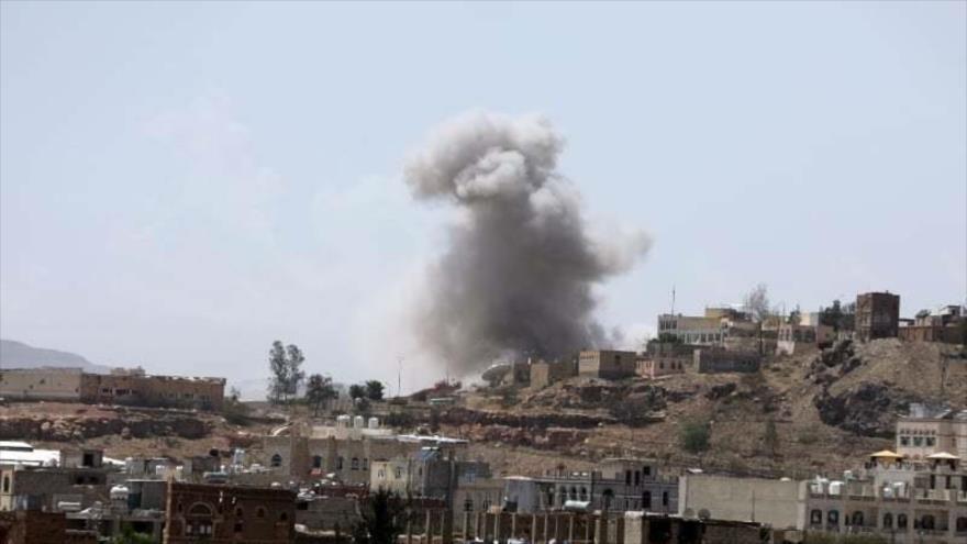 Columna de humo tras un ataque aéreo de Arabia Saudí a la capital yemení, Saná, 30 de marzo de 2020. (Foto: Reuters)
