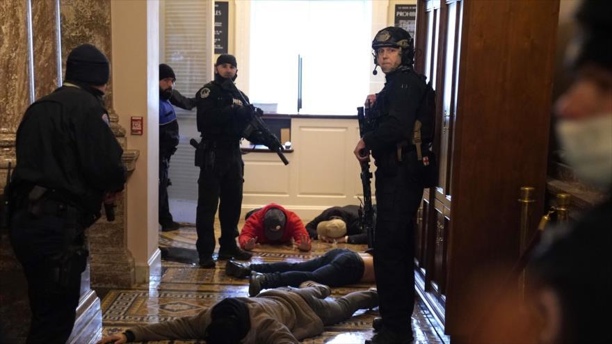 La Policía del Capitolio de EE.UU. detiene a manifestantes en la entrada del Congreso, 6 de enero de 2021. (Fuente: AFP)