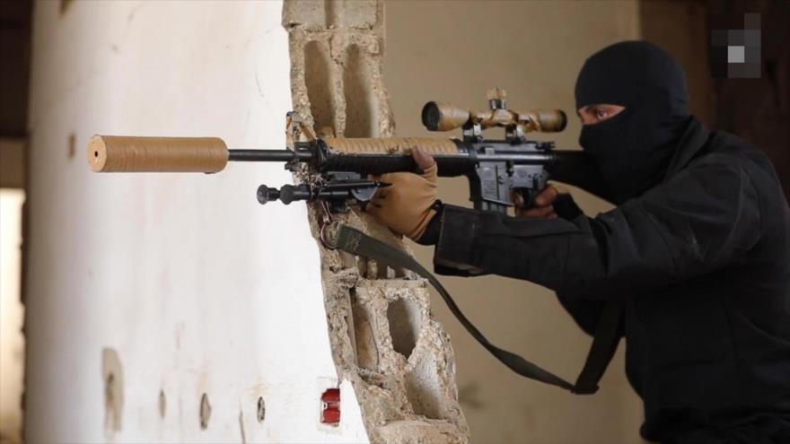 Un francotirador del grupo terrorista Daesh con un rifle FN M16A4 de fabricación estadounidense.