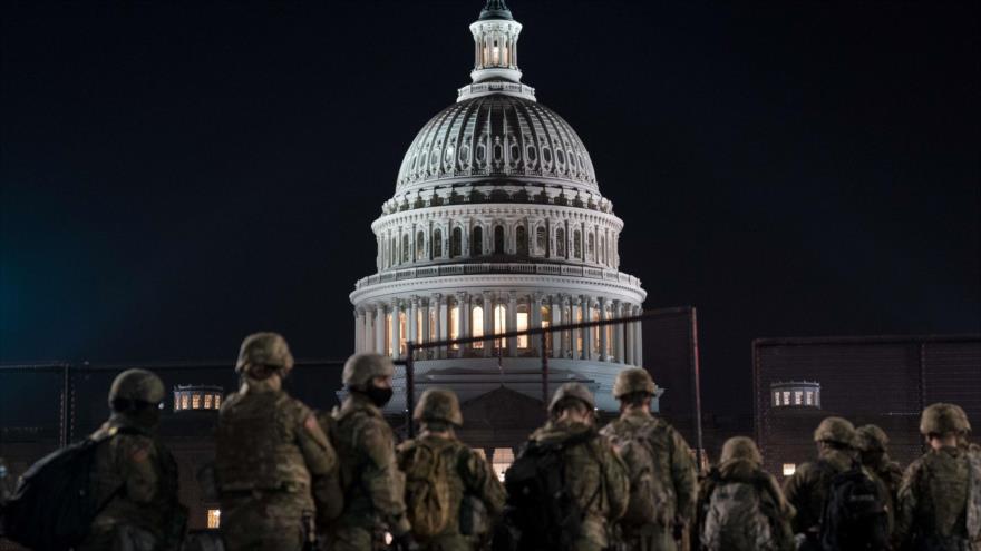 Miembros de la Guardia Nacional de EE.UU. se reúnen frente al Capitolio, Washington, 12 de enero de 2021. (Foto: AFP)