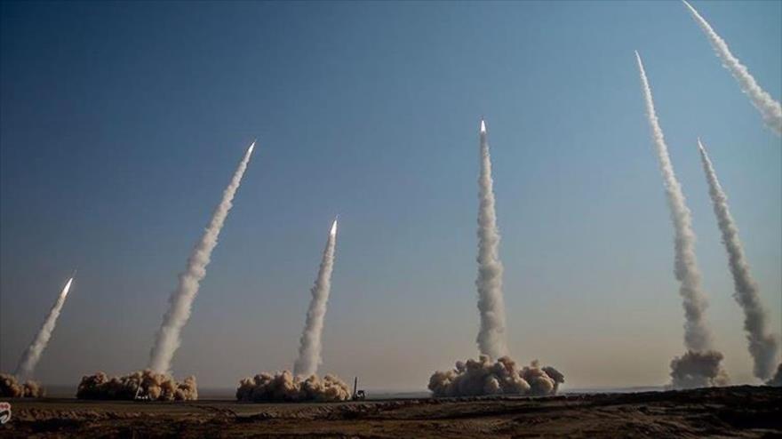 Irán dispara varios misiles balísticos durante las maniobras militares Payambar-e Azam 15 en el desierto central, 15 de enero de 2021. (Foto: Tasnim)